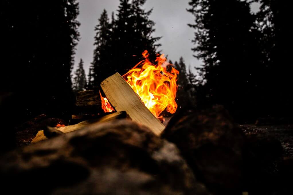 Membuat api unggun di gunung dengan aman
